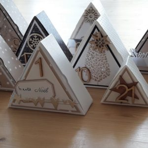 Tutoriel calendrier de l'Avent boites triangulaires couleurs-en-folie calendrier de l'Avent noël fin d'année do-it-yourself home-deco les-kits-de-couleurs-en-folie marcq-en-baroeul tampons boites à dragées mariage baptême