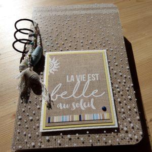 tutoriel mini-album la vie est belle au soleil scrap scrapbooking kit les-kits-de-couleurs-en-folie atelier marcq-en-baroeul lille pour-débutant vacances album photos