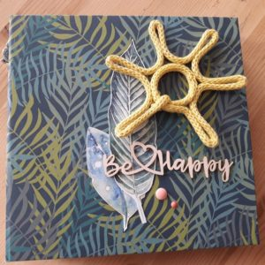 Kit mini-album Be Happy Couleurs en Folie kit scrap scrapbooking les-kits-de-couleurs-en-folie les-ateliers-de-couleurs-en-folie photos vacances tampons brushos pochoirs Lille Isabelle Lafolie