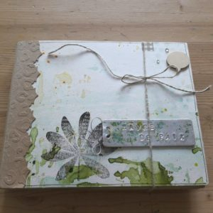 Tutoriel mini-album Havre de Paix les-kits-de-couleurs-en-folie scrap crapbooking scrapbook kit mini-album photo nature botanique encres aquarelle tampons pochoirs cuir métal