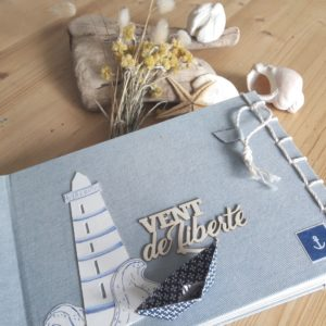 Kit mini-album Vent de liberté Couleurs en Folie kit mini-album photo photographie scrap scrapbooking scrapbook tampons pochoirs mer plage marin pochettes-en-plastique-façon-PL Isabelle-Lafolie Les kits de Couleurs en Folie